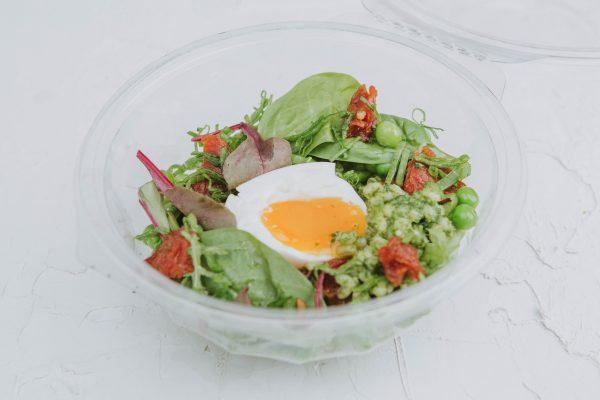 Petrezselyem pesto, bulgur, hatperces tojás, konfitált paradicsom