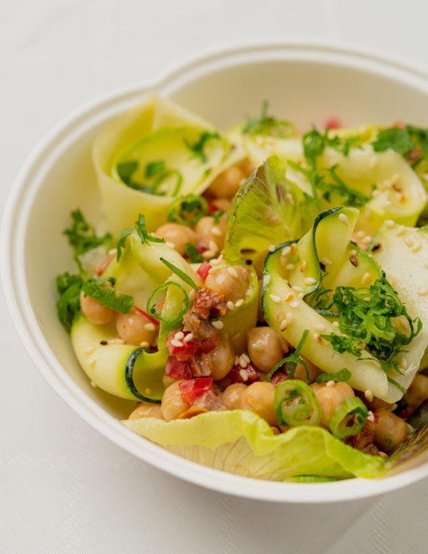 Csicseriborsó, tahini vinaigrette, sült kápia, római saláta